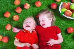 Меньшее childrenl есть яблока Стоковые Изображения