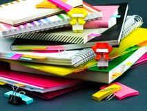 Меньшее Origami Ninjas помогая вашей работе на вашем столе когда вы Ar Стоковые Изображения
