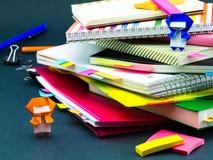 Меньшее Origami Ninjas помогая вашей работе на вашем столе когда вы Ar Стоковая Фотография