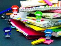 Меньшее Origami Ninjas помогая вашей работе на вашем столе когда вы Ar Стоковое фото RF