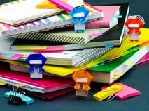 Меньшее Origami Ninjas помогая вашей работе на вашем столе когда вы Ar Стоковые Изображения RF