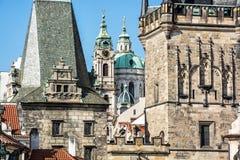 Меньшие башня моста городка и церковь St Nicholas, Прага Стоковая Фотография
