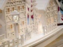 Меньшие дома рождества игрушки с винтажными столбами лампы Стоковые Изображения RF
