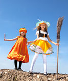 Меньшие девушки хеллоуина стоя с веником Стоковое Изображение RF