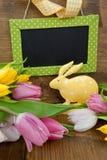 Меньшие зайчик пасхи и красочные тюльпаны Стоковые Фото