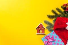 Меньшие игрушка дома и подарки рождества Стоковое Изображение