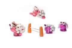 Меньшие овцы пластилина скача над загородкой Стоковые Фото