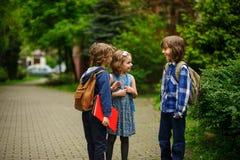 Меньшие студенты школы юрко говорят на школьном дворе Стоковое Фото