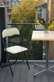 Меньшие таблица и стул на кафе на балконе Стоковые Фото