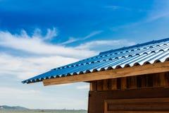 Меньшие хата и голубая крыша плитки Стоковое Фото