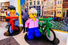 Меньшие люди Lego внутри в человеческий рост сделанные много кирпичей Lego в Копенгагене, Дании Стоковые Фотографии RF