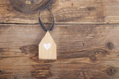 Меньший дом на деревянной предпосылке Стоковое фото RF