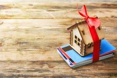 Меньший дом с красной лентой, стогом пластичных кредитных карточек Стоковое фото RF