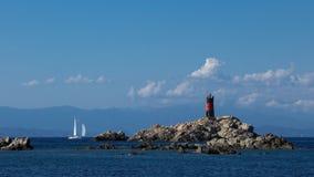 Меньший изолированный маяк на острове Стоковые Фото