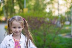 Меньший идти девушки еу ³  Ð Ñ внешний и иметь потеху в парке Стоковые Фото