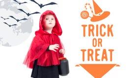 Меньший красный клобук катания Красивая маленькая девочка в красном плаще halloween Стоковые Фото