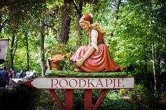 Меньший красный клобук катания подписывает внутри тематический парк De Efteling Стоковые Изображения