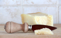 Меньший клин сыра пармезана, с ножом Стоковые Изображения