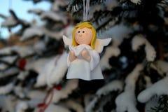 Меньший милый ангел на ветви рождественской елки в парке Стоковое Фото