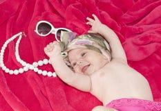 Меньший ребёнок smiley на красном одеяле стоковые изображения rf