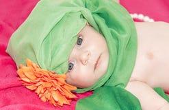 Меньший ребёнок smiley на красном одеяле стоковое изображение rf