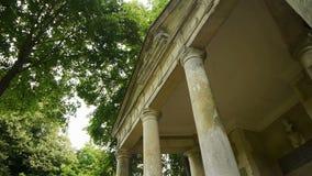 Меньший романтичный греческий висок на саде замка, Франции сток-видео