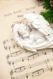 Меньший симпатичный ангел спать с украшением рождества Стоковые Изображения