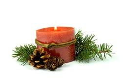 Меньший состав рождества, горящая свеча, ель, конусы /  Стоковое Изображение RF