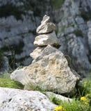 Меньший стог камней вызвал ПИРАМИДУ ИЗ КАМНЕЙ в горе используемой как tra Стоковая Фотография RF