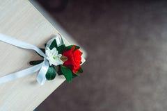 Меньший boutonniere свадьбы с розами с белой лентой Стоковая Фотография