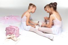 3 меньших девушки балета сидя и представляя совместно Стоковые Фотографии RF