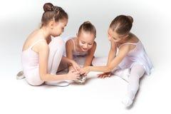 3 меньших девушки балета сидя и представляя совместно Стоковая Фотография