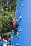 Меньшяя тренировка девушки blondie на напольной взбираясь башне Стоковая Фотография RF