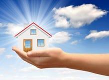 Меньшяя дом на руках Стоковые Изображения
