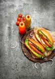 Меню быстро-приготовленное питания Хот-доги жалуются барбекю с травами, кетчуп и горячим мустардом Стоковое фото RF