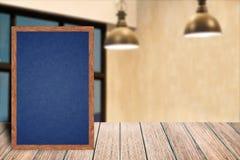 Меню знака классн классного рамки доски деревянное на деревянном столе, предпосылке неясного изображения Стоковое Фото