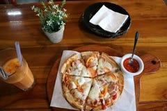 Меню пиццы на таблице Стоковые Изображения