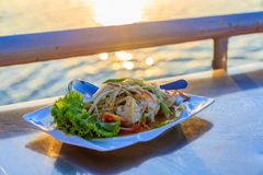 Меню салата папапайи на береге реки с обедающим Стоковое фото RF