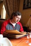 меню человека читает Стоковые Фото