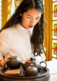 Меню чтения девушки на китайском ресторане Стоковое Изображение RF