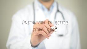 Мера предосторожности лучшая чем лечение, сочинительство доктора на прозрачном экране стоковая фотография rf
