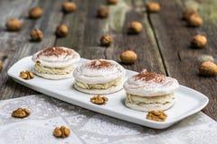 Меренга грецких орехов с какао с грецкими орехами в предпосылке Стоковые Фото