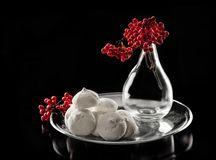 Меренга натюрморта и ягоды калины стоковое фото rf