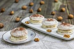 Меренги грецких орехов с какао на старой деревянной доске Стоковое Фото
