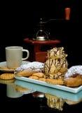 Меренги, печенья и чашка кофе на черном cl предпосылки Стоковое Изображение