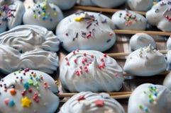 Меренги с красочным брызгают Замороженный йогурт или взбитая сливк вк стоковые изображения