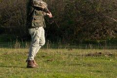 Мероприятия на свежем воздухе - человек охотника с винтовкой в природе Стоковые Изображения