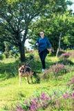 Мероприятия на свежем воздухе для женщины и собаки Стоковые Фотографии RF