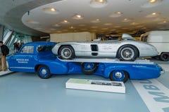 Мерседес-Benz транспортера гоночного автомобиля и Мерседес-Benz автомобиля спорт гонок 300 SLR Стоковое Изображение