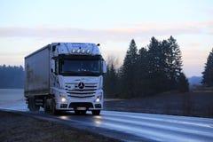 Мерседес-Benz Actros переход тележки Semi в вечере Стоковое фото RF